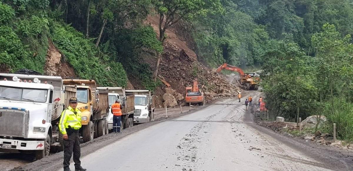 La vía Alóag- Santo Domingo está habilitada parcialmente tras segundo derrumbe ECU 911