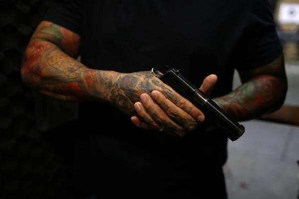 Homem segurando arma de fogo