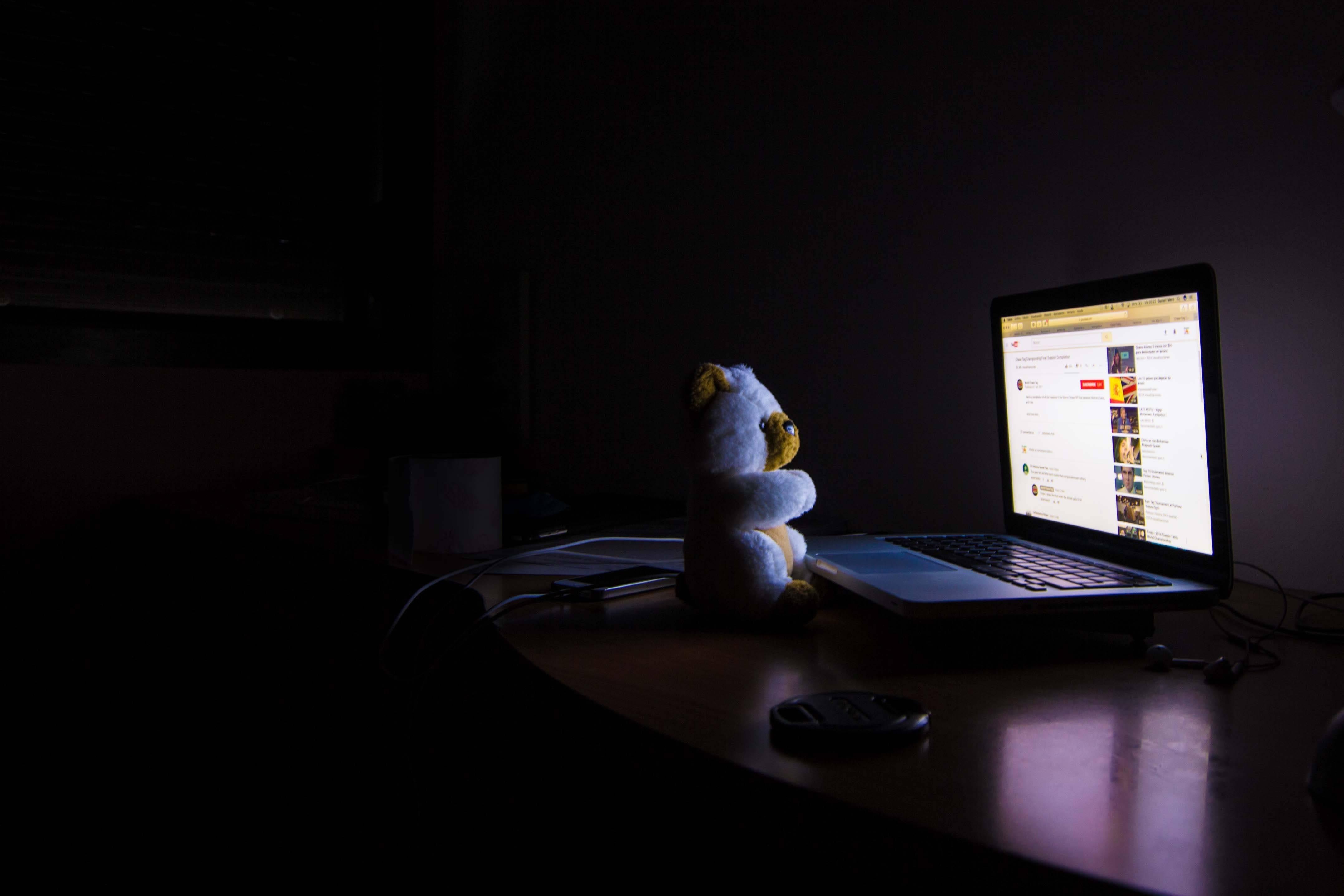 ¿Quieres que tus hijos pasen menos horas frente a una pantalla? Estudio dice que tú también deberías hacerlo