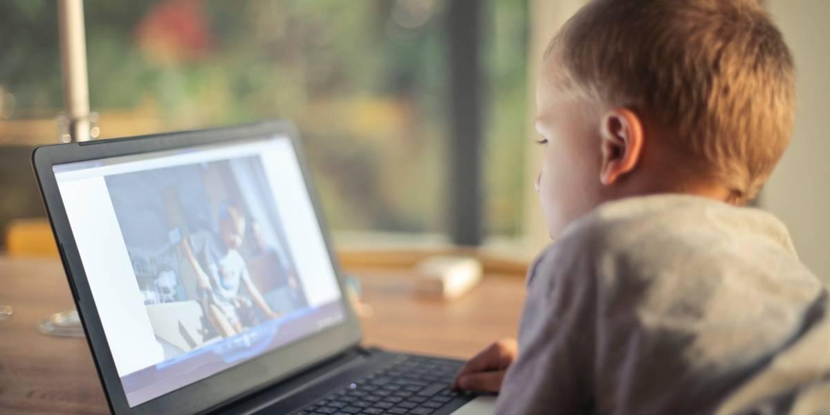 ¿Quieres que tus hijos pasen menos horas frente a una pantalla? Un estudio dice que tú también deberías hacerlo