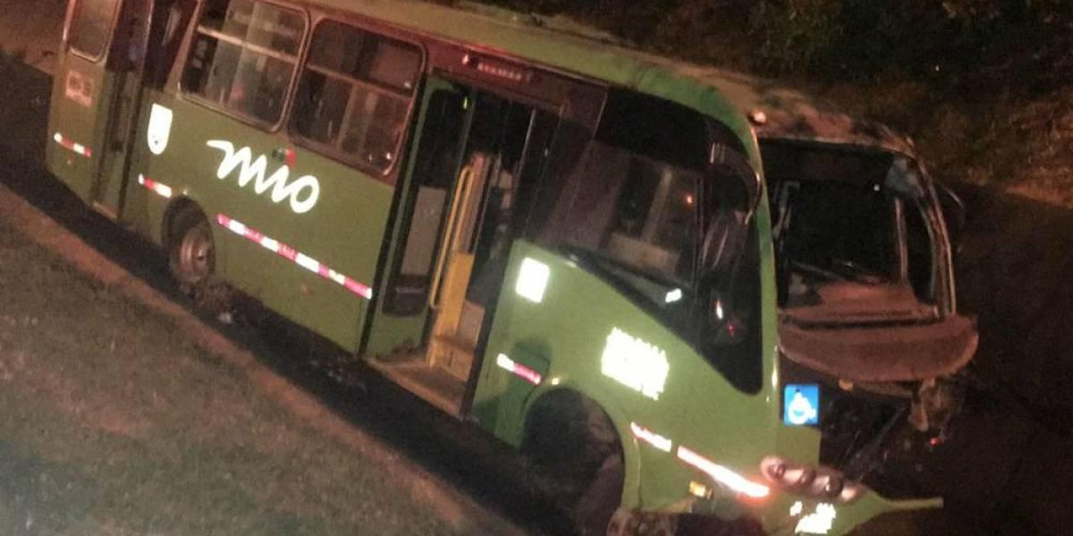 Bus del Mío terminó en un caño en un accidente en Cali