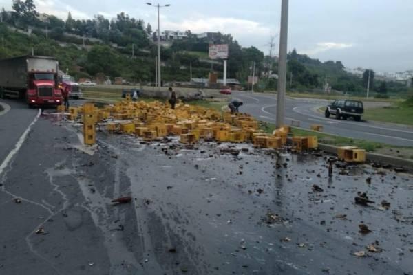 Quito: Derrame de cerveza tras accidente de tránsito en el sector de Lumbisí
