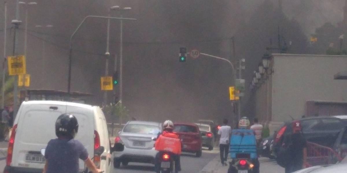 Carro em chamas causa bloqueio no Túnel Max Feffer, na Zona Sul de SP