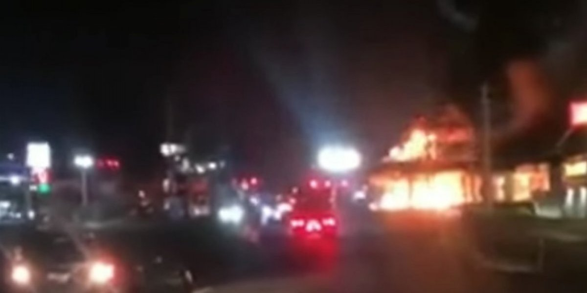 Auto se prende en fuego en gasolinera de Rexville