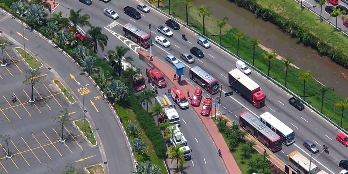 Batida entre caminhão e ônibus deixa nove feridos na avenida Aricanduva