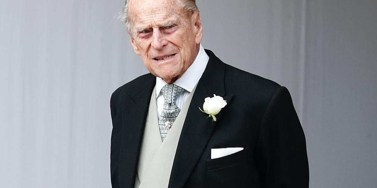 Príncipe Felipe se recupera tras accidente de auto