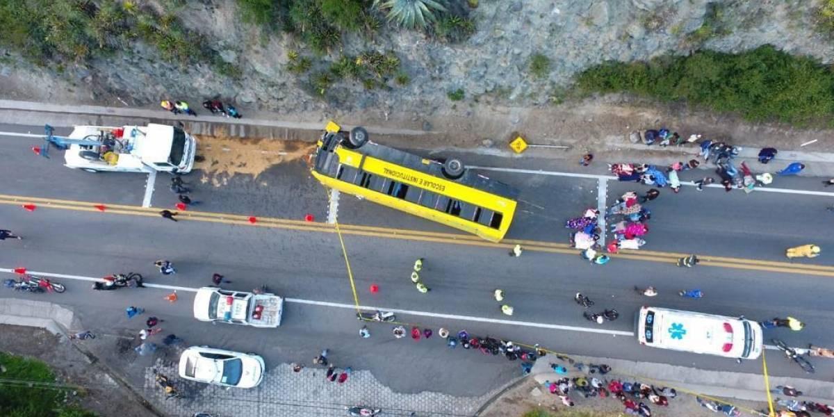 31 heridos tras volcamiento de un bus en la ruta Cusubamba-Cayambe