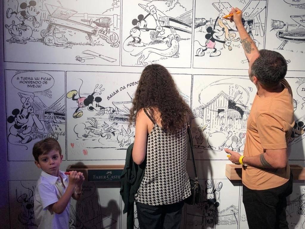 Mural de tirinhas do Mickey
