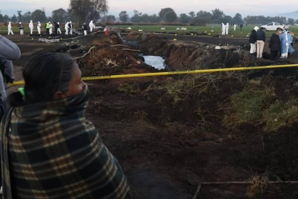 Pobladores de Tlalhuelilpan en la zona de la tragedia