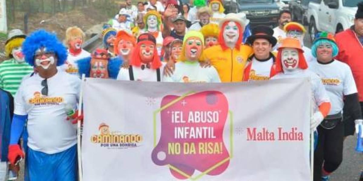 Payasos dominicanos realizan una kilométrica caminata contra abuso infantil