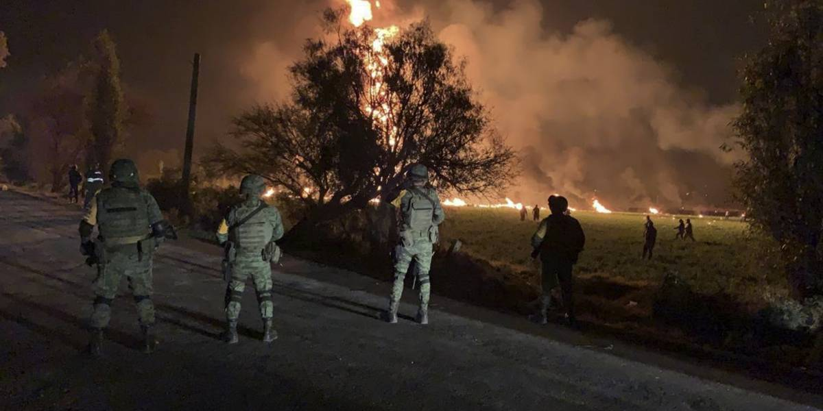 Suman 66 muertos por explosión de ducto en México