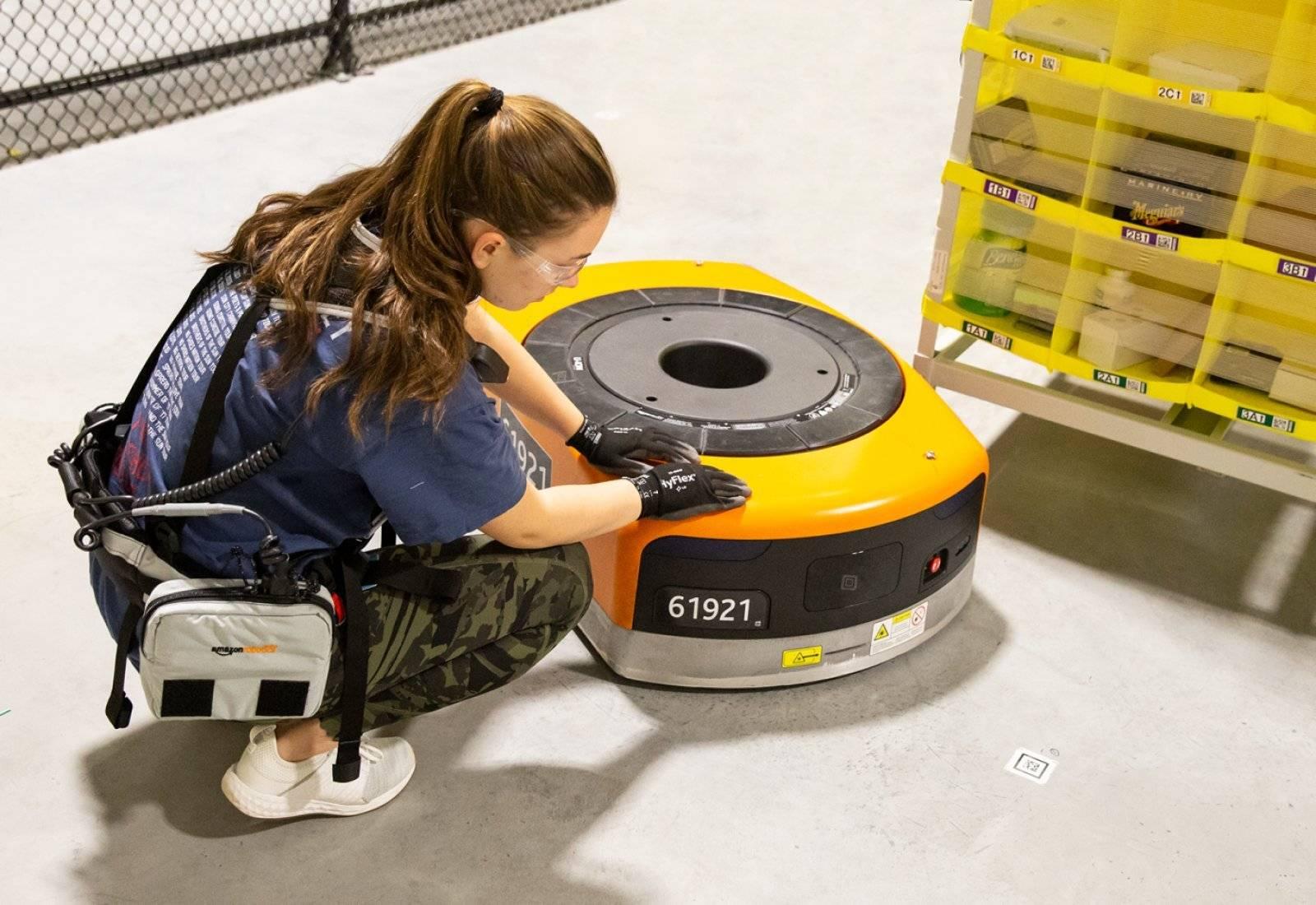 Amazon diseña un chaleco para evitar que sus robots les puedan hacer daño a los seres humanos