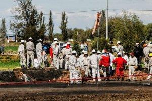 Personal de Pemex busca más cuerpos en zona de explosión