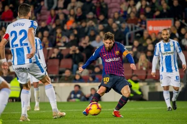 Lionel Messi ingresó desde el banco y guió la victoria de Barcelona / Foto: Photosport