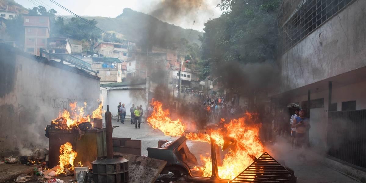 Habitantes respaldan a militares sublevados en Caracas y enfrentan a la Policía