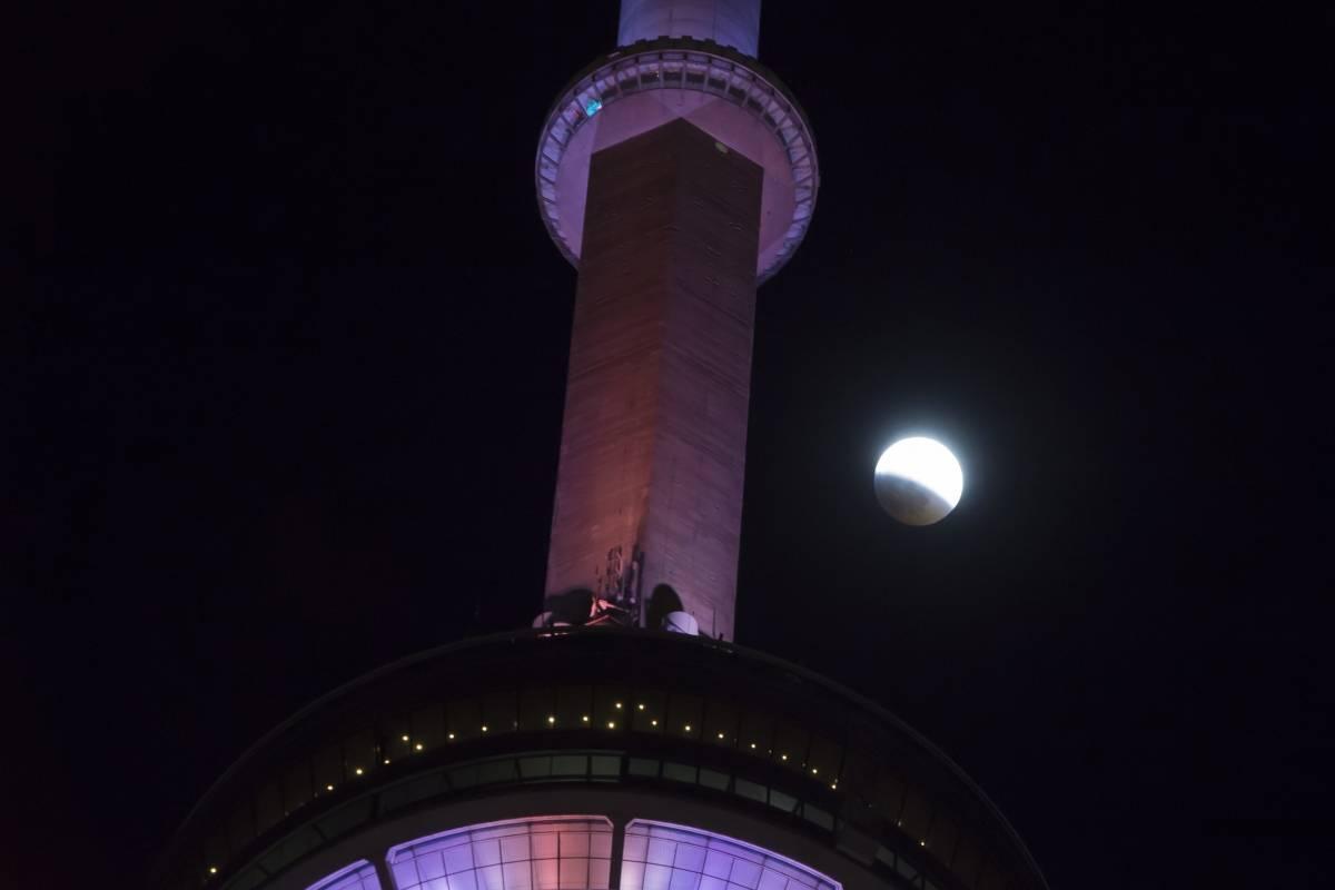 El eclipse de la luna progresa detrás de la Torre CN en Toronto el domingo, 20 de enero de 2019. (Frank Gunn / The Canadian Press vía AP)