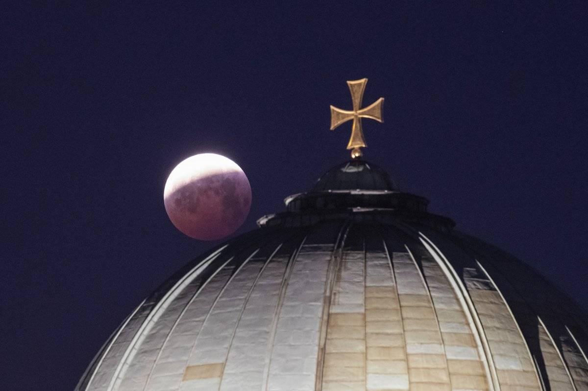 Eclipse lunar y superluna de sangre visto desde la iglesia de Santa Isabel en Nuremberg, Alemania, (Daniel Karmann / vía AP)