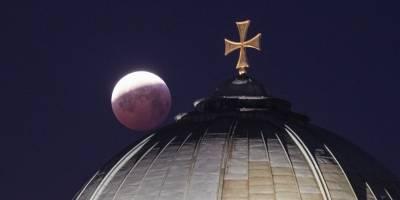 Eclipse lunar y superluna de sangre visto desde la iglesia de Santa Isabel en Nuremberg, Alemania, (Daniel Karmann / AP)