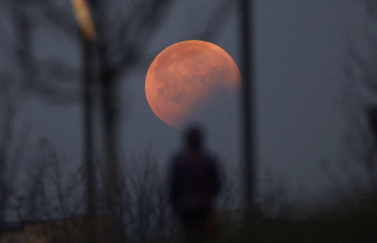 Eclipse lunar y superluna de sangre visto en Milán, Italia (Foto AP / Luca Bruno)