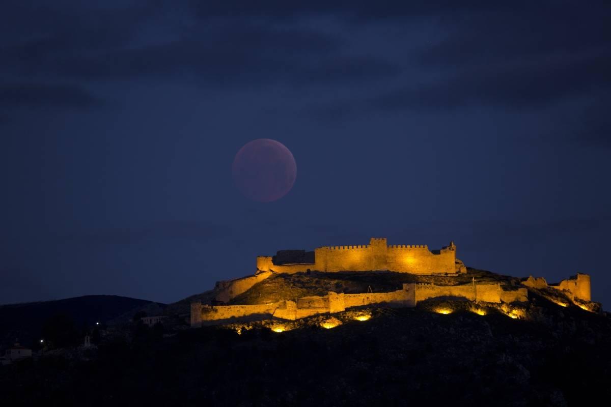 La superluna se extiende sobre Larissa, la antigua y medieval acrópolis de Argos en Grecia, una de las ciudades más antiguas del mundo, el lunes 21 de enero de 2019. (Foto AP / Petros Giannakouris)