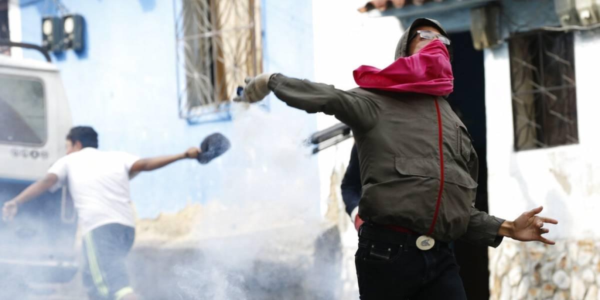 Represión en Caracas tras intento de alzamiento militar: disparan gases lacrimógenos contra manifestantes en Venezuela