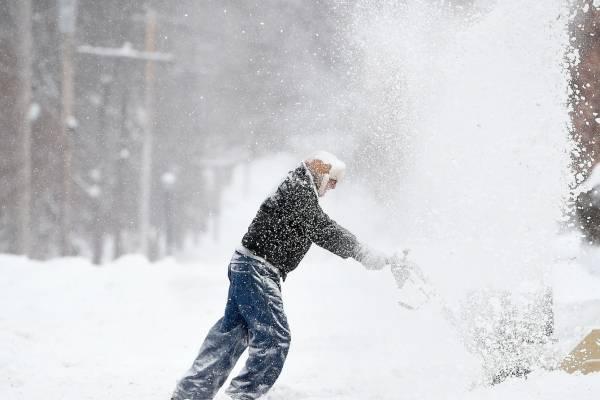 Un hombre despeja un camino en medio de una intensa nevada en Syracuse, Nueva York, el domingo, 20 de enero del 2019.