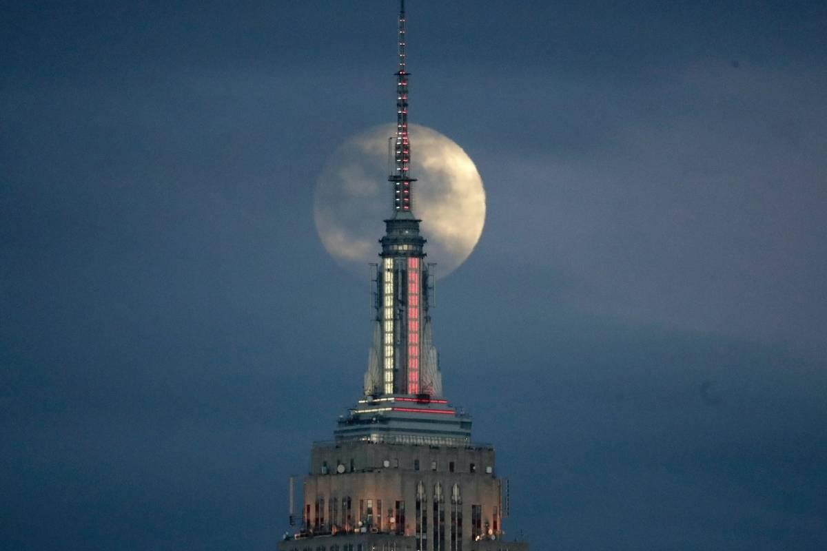 La Luna llena se alza por detrás del Empire State Building, el 20 de enero de 2019, vista desde Jersey City, Nueva Jersey. (AP /Julio Cortez)