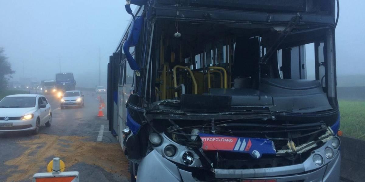 Acidente entre ônibus e caminhão deixa 18 feridos na Régis Bittencourt