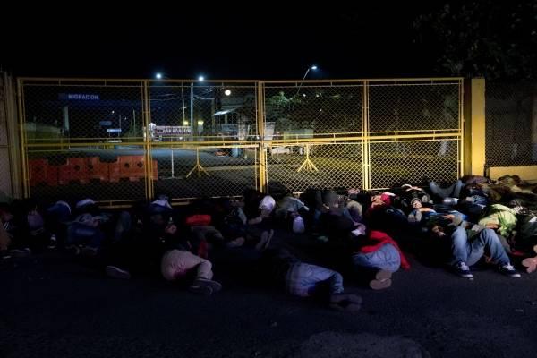 caravana de migrantes hondureños y salvadoreños en frontera Tecún Umán