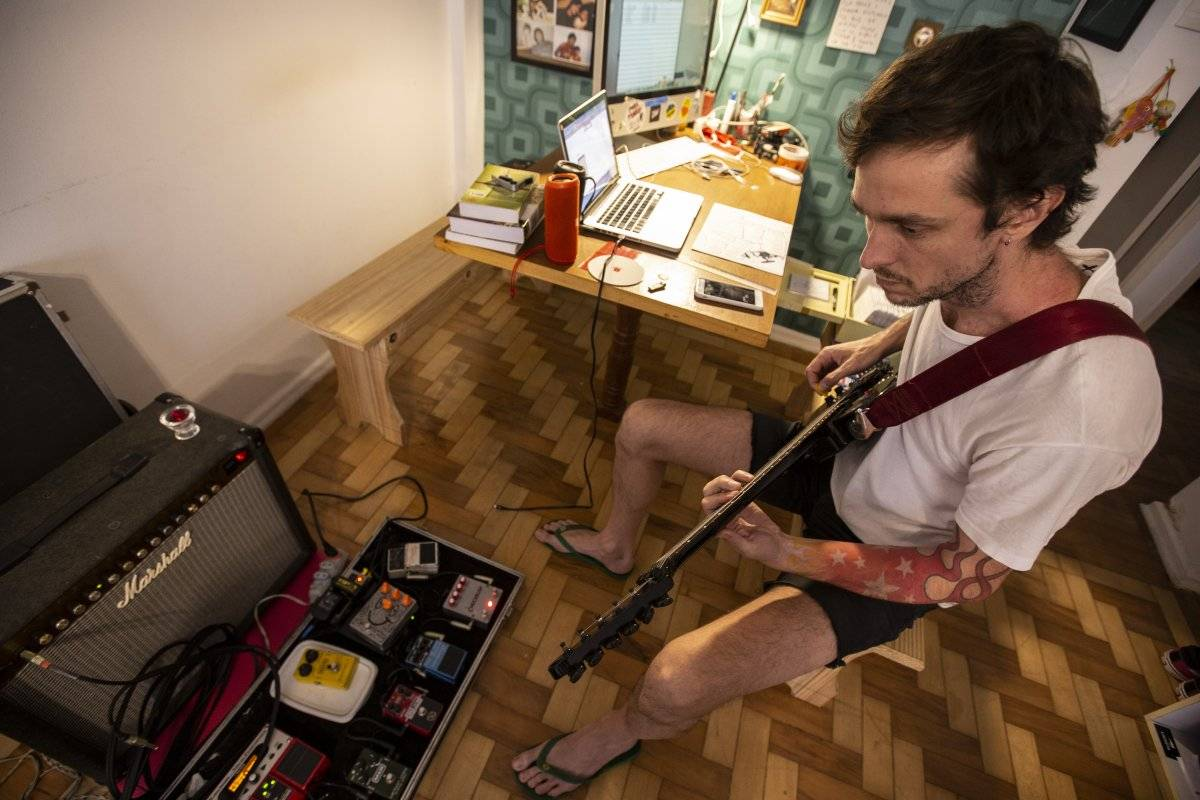 Instrumentos e voz foram gravados com microfone embutido de fone de ouvido André Porto/Metro
