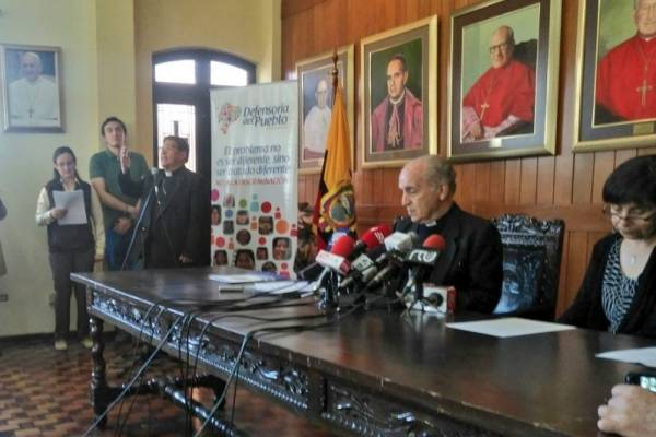 """Iglesia Católica de Ecuador dice a las mujeres: """"Boten al marido"""" si son víctimas de maltrato"""