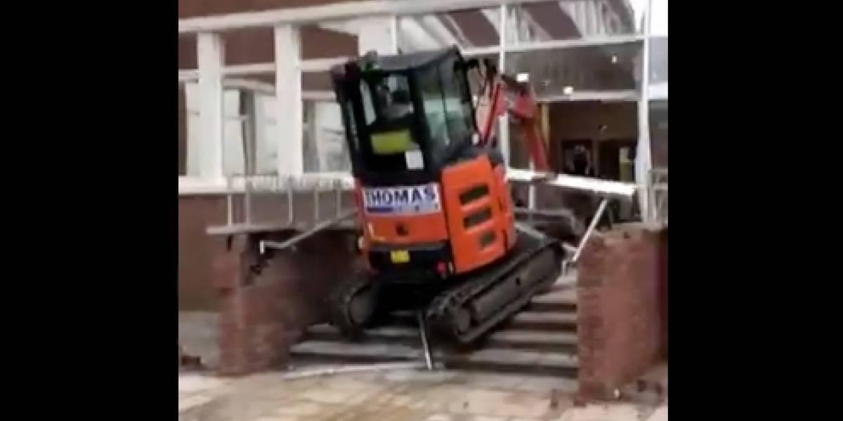 Trabajador destruye entrada hotel con excavadora porque no le pagaron