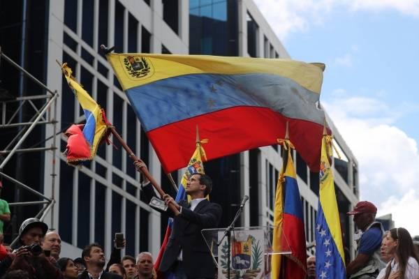 El líder del Parlamento anuncia que asume la Presidencia de Venezuela