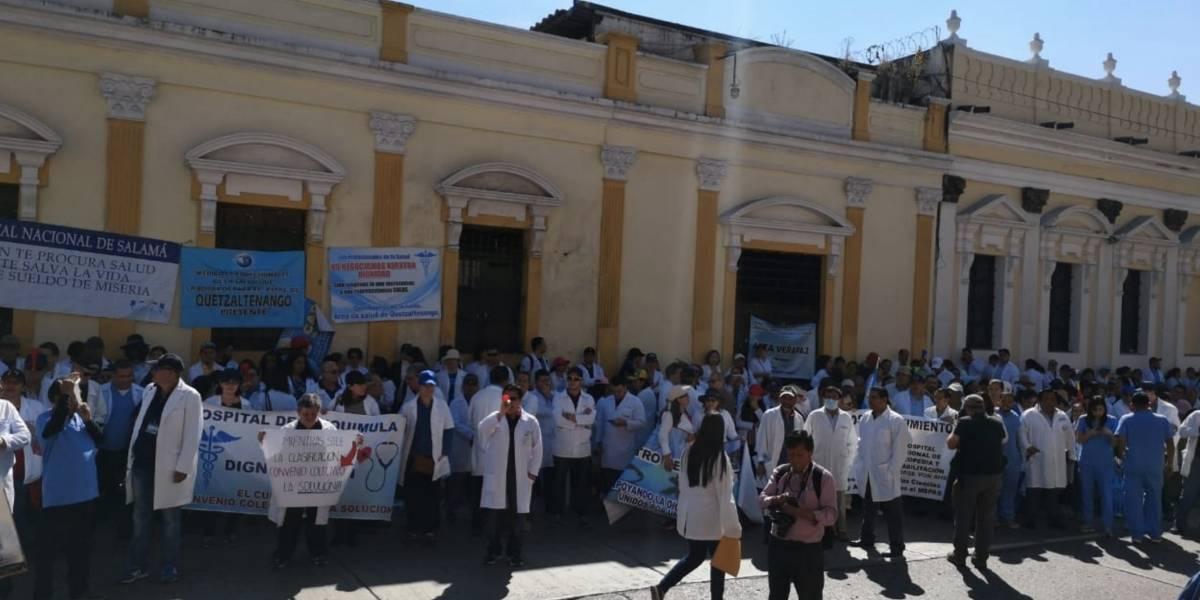 Médicos piden aumento inmediato, Salud reitera que no es fácil