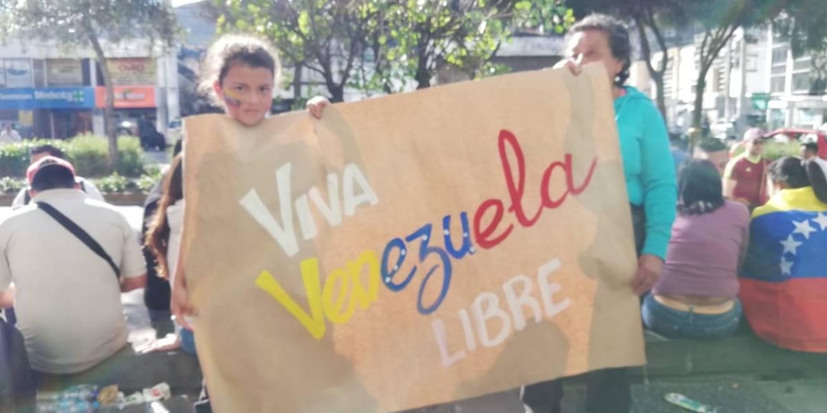 Venezolanos celebran frente a su Embajada en Quito autoproclamación de Juan Guaidó