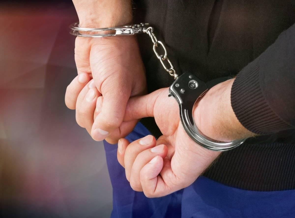 Detención esposas cárcel captura