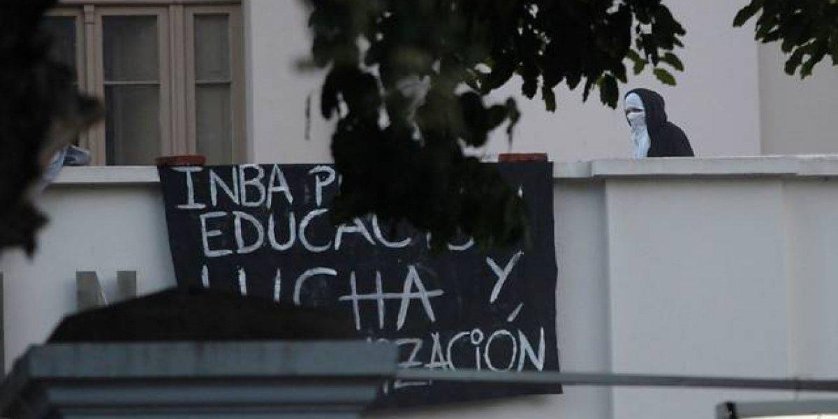 Condenan a estudiante del INBA por arrojar bomba molotov a carabineros en 2018