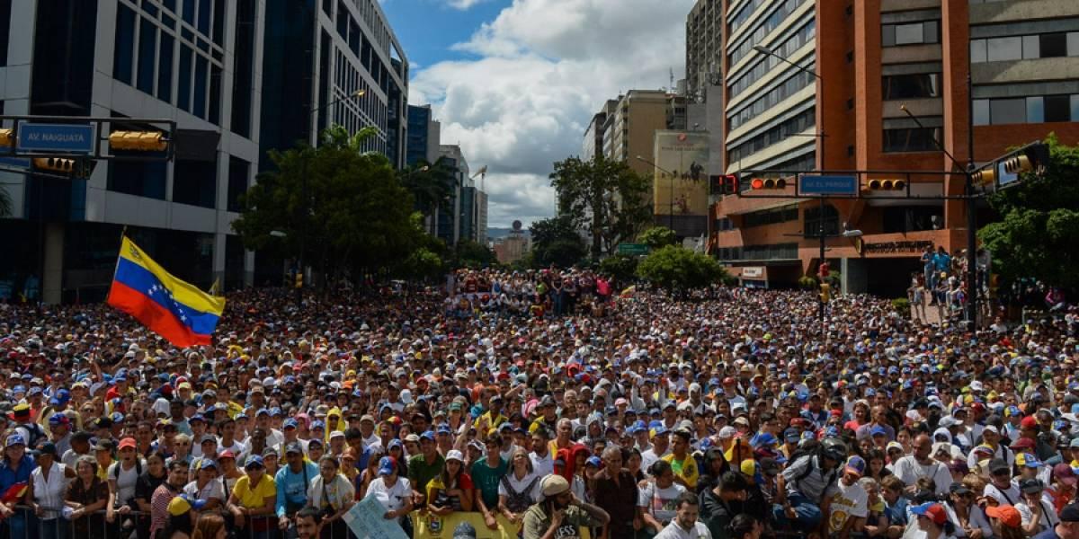 Venezuela: Guaidó se autoproclama, Maduro se aferra