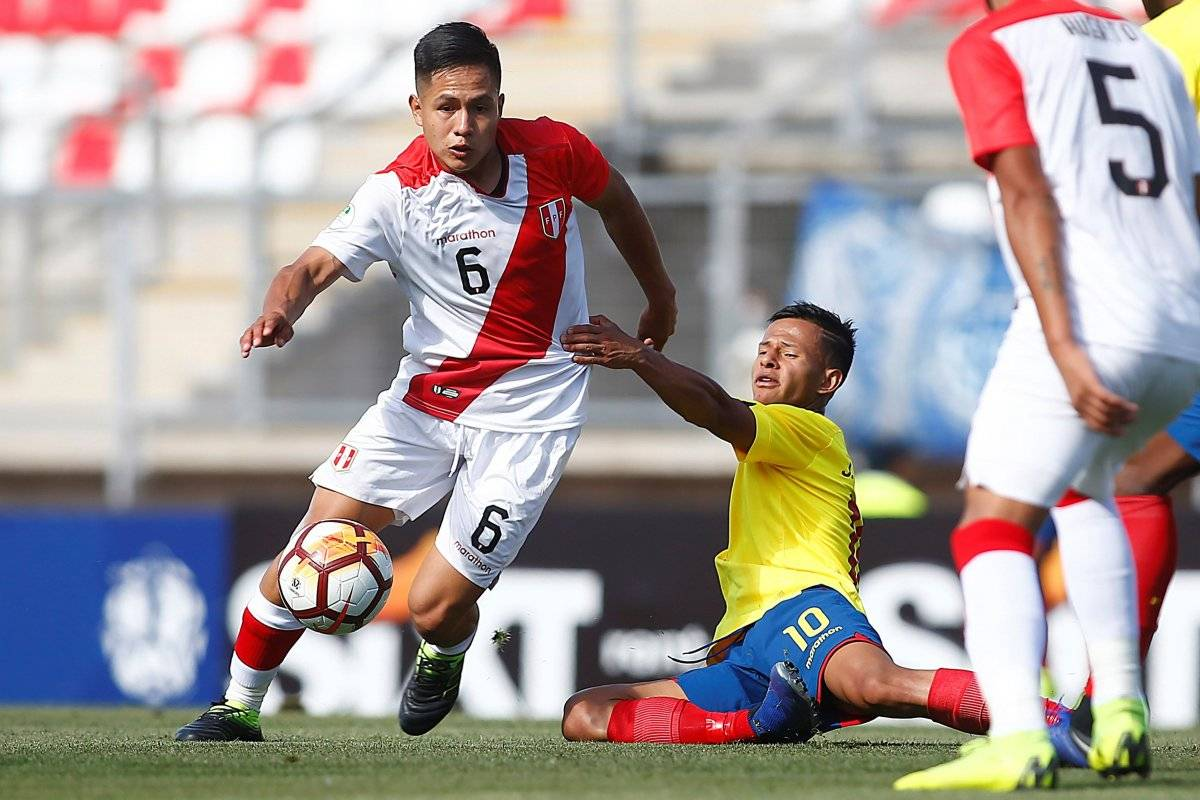 El jugador de la selección ecuatoriana Jordan Rezabala (d) disputa un balón con el peruano Jesús Preteli (i) este jueves, durante un partido entre Ecuador y Perú del grupo B del Campeonato Sudamericano Sub-20 disputado en el estadio La Granja de Curico (Chile) EFE