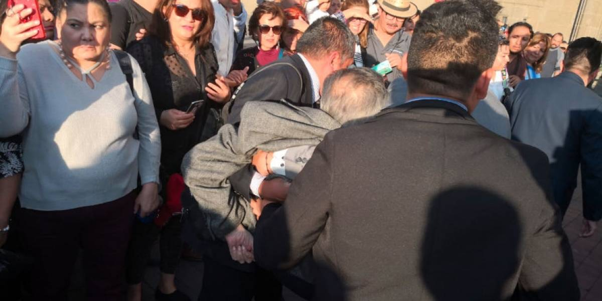 Porfirio Muñoz Ledo se desvanece frente a Palacio Nacional; aclara que está bien