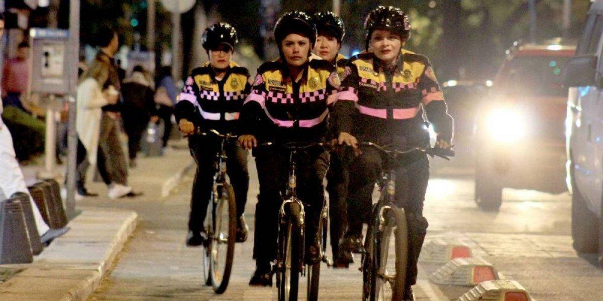 Mujeres policías cuidan a ciclistas en Paseo de la Reforma