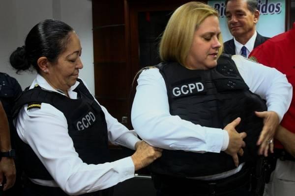 Guaynabo adquiere chalecos a prueba de balas especialmente diseñados para mujeres policías