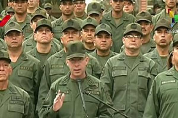 Militares venezuelanos juram lealdade a Maduro