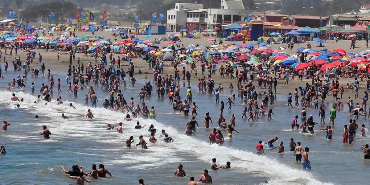 ¡Muy bien! El Quisco anuncia multas de $250 mil a las personas que escuchen música con parlantes en la playa