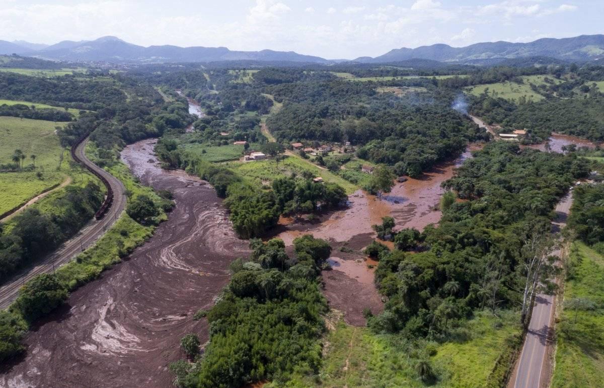 Una toma aérea muestra las inundaciones provocadas por el colapso de una presa de relaves con mineral de hierro cerca de Brumandinho, Brasil AP
