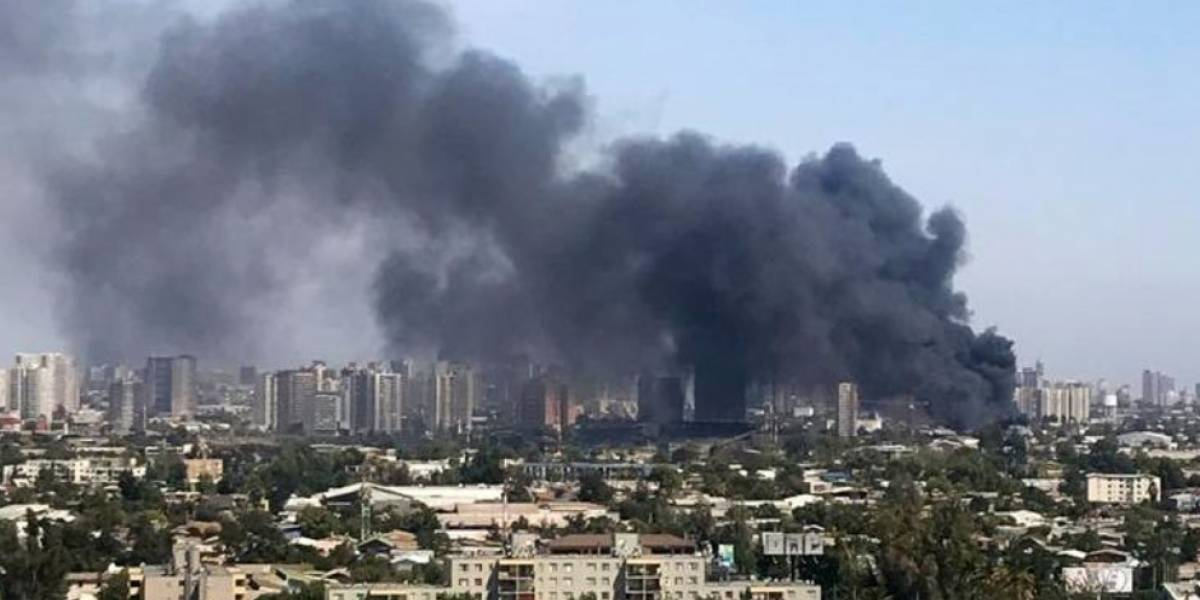 Cuerpo de bomberos de Santiago combatió incendio de fábrica química en Independencia