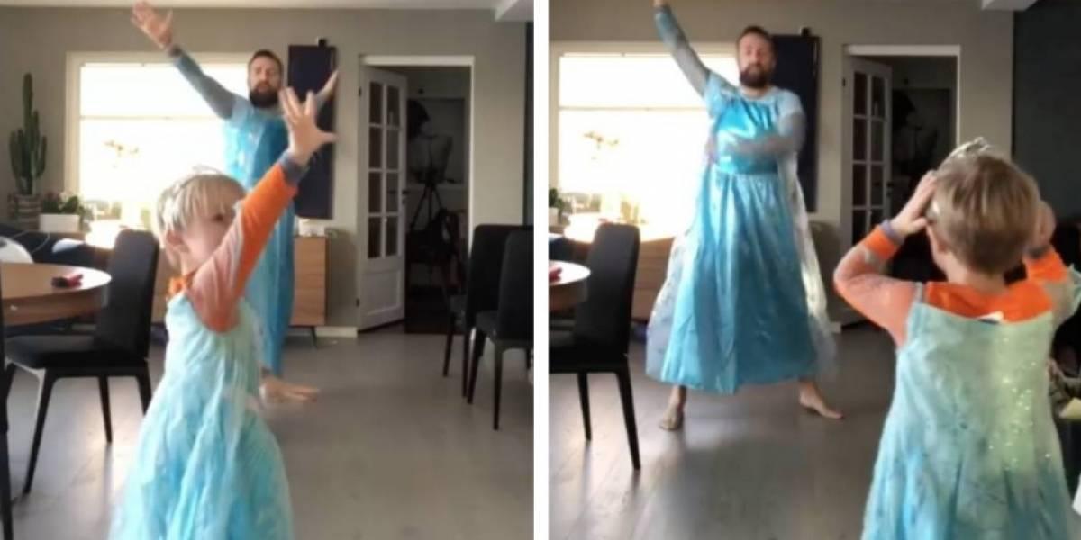 """Padre e hijo se hacen virales por cantar y bailar vestidos de """"Frozen"""""""