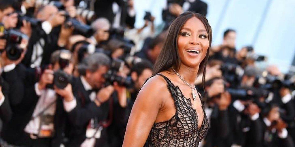 Revelador vestido de Naomi Campbell deja al descubierto sus senos