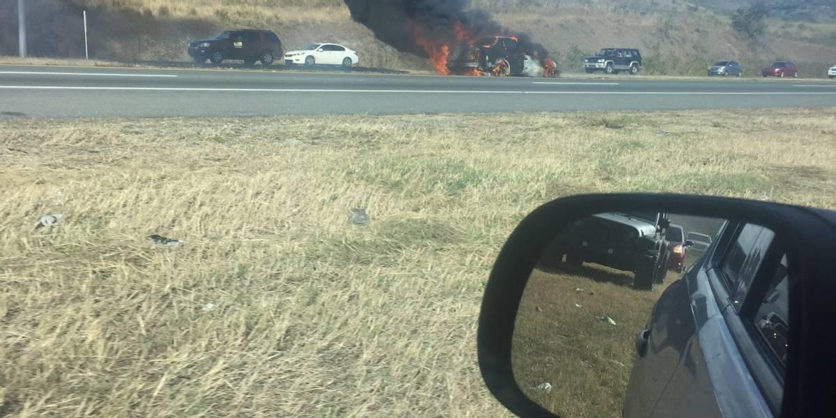 Cierran temporalmente tramo de la PR-52 por vehículo incendiado