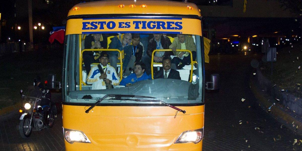 Aficionados de Toluca 'grafitean' autobús de Tigres